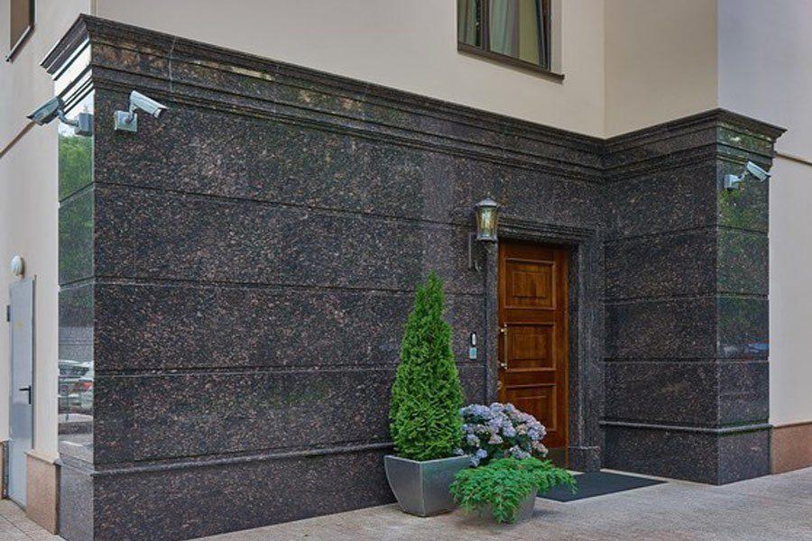 Фасад из мрамора и гранита